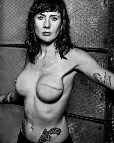 Fotógrafo retrata mulheres que tiveram câncer de mama
