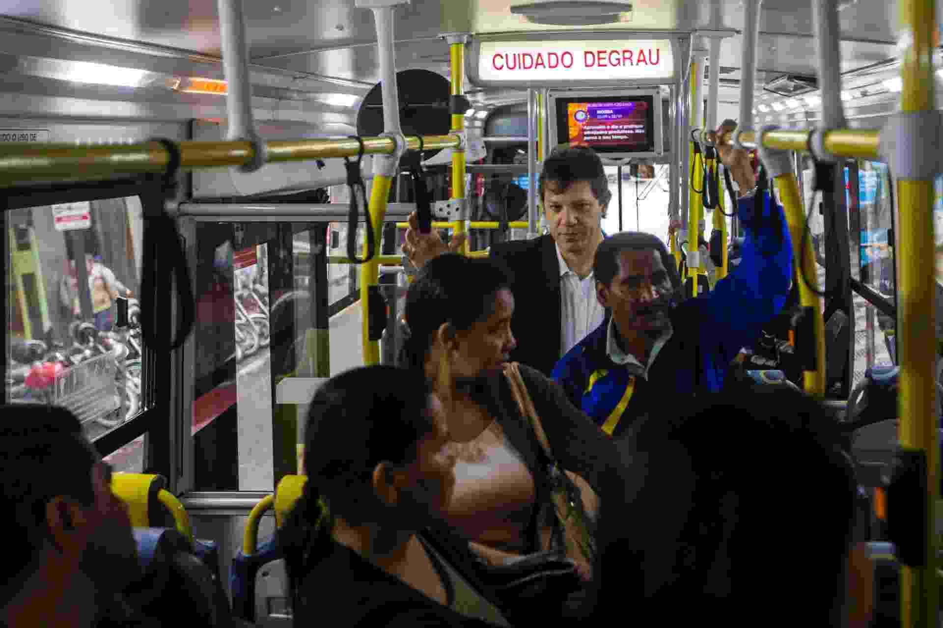 O prefeito de São Paulo, Fernando Haddad, durante viagem de ônibus. Pelo segundo dia, o prefeito foi ao trabalho de transporte público, pagou com Bilhete Único e conversou com passageiros - Apu Gomes/Folhapress