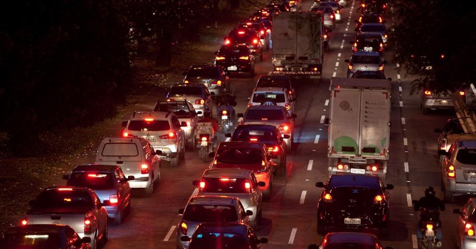 11.out.2013 - Trânsito intenso na avenida Bandeirantes nesta sexta-feira (11) véspera de feriado de Nossa Senhora Aparecida