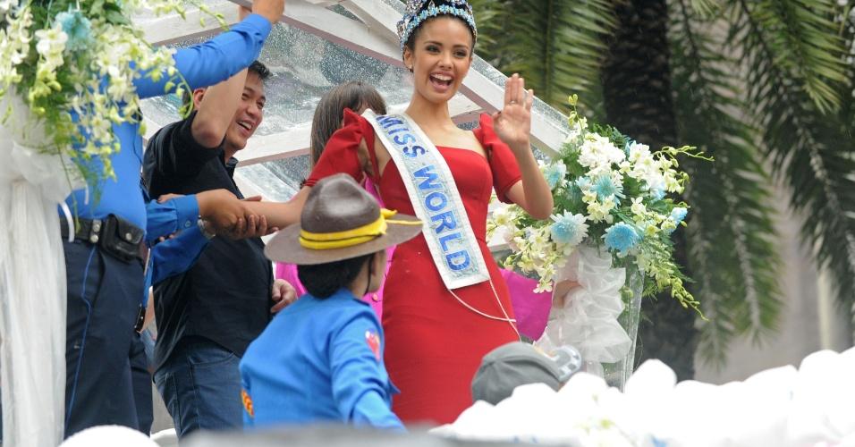 11.out.2013 - A recém-coroada Miss Mundo 2013, Megan Young, acena para a multidão durante uma carreata no distrito financeiro da cidade de Makati, a leste de Manila, nas Filipinas. A bela jovem superou 126 outros concorrentes de todo o mundo para se tornar a primeira filipina a ganhar o título