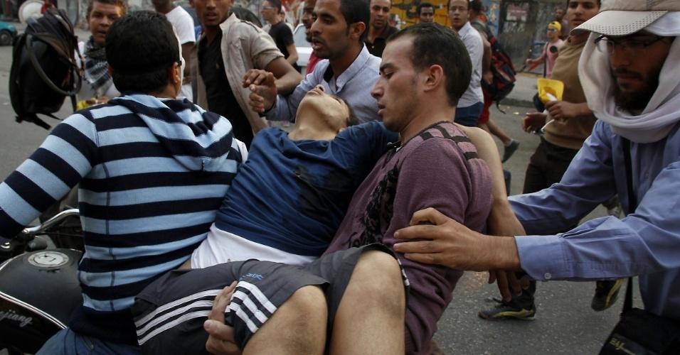 11.out.2013 - Apoiadores do presidente egípcio deposto, Mohammed Mursi, carregam um manifestante ferido durante protesto contra as forças armadas do país, em Nasr City, no leste do Cairo, nesta sexta-feira (11). Uma aliança islâmica instou seus apoiadores a ficarem longe da praça Tahrir, no Cairo, para evitar derramamento de sangue, após uma semana em que cerca de 80 egípcios foram mortos