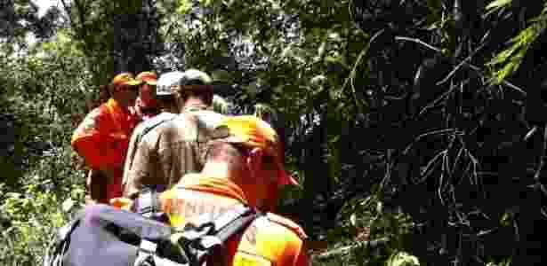 Cerca de 30 policiais da Divisão de Homicídios, com auxílio de 40 bombeiros, realizam buscas pelos restos mortais do pedreiro Amarildo de Souza, 43, em represas na parte alta da favela da Rocinha - Gustavo Maia/UOL
