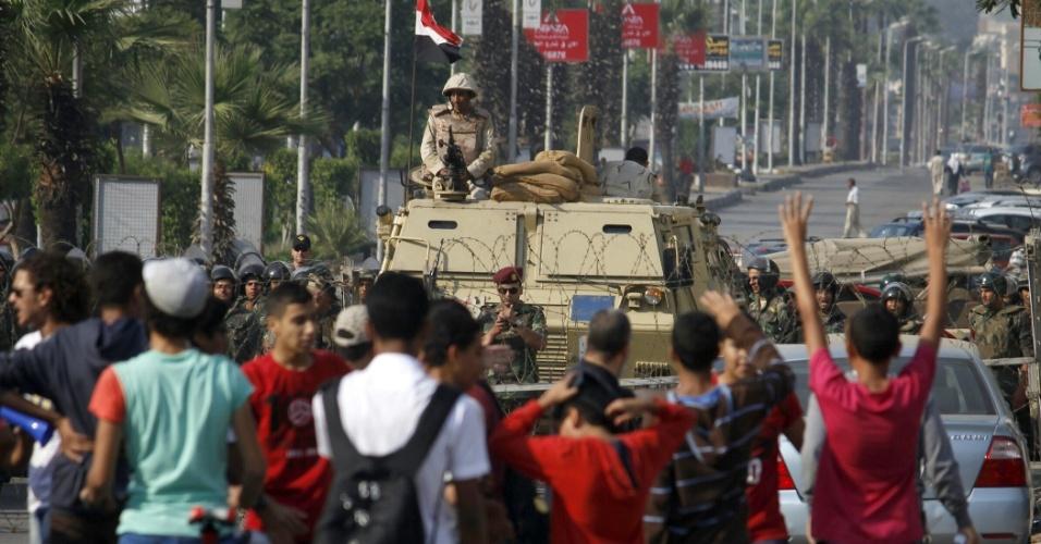 11.out.2013 - Soldados do exército egípcio montam guarda nos arredores da praça Tahrir, no Cairo, nesta sexta-feira (11), quanto apoiadores do presidente egípcio deposto, Mohammed Mursi, protestam contra as forças armadas do país, nesta sexta-feira (11). Milhares de apoiadores do presidente egípcio deposto, Mohammed Mursi, protestaram em Cairo, Alexandria e nas cidades do delta do rio Nilo, segundo fontes seguras