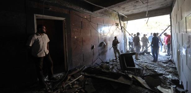 Soldados e oficiais de segurança inspecionam destroços no consulado sueco depois que um carro-bomba explodiu na entrada do prédio