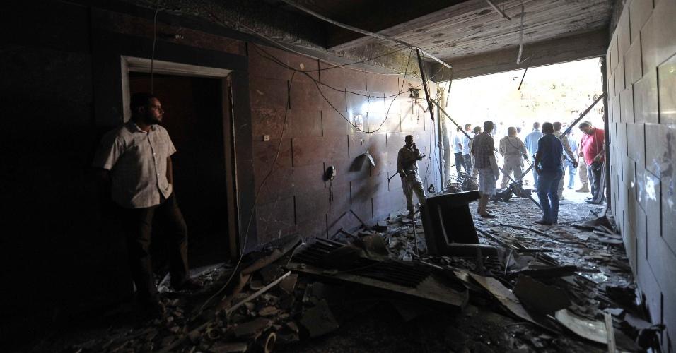 11.out.2013 - Soldados e oficiais de segurança inspecionam destroços no consulado sueco depois que um carro-bomba explodiu na entrada do prédio, em Benghazi, na Líbia. O atentado danificou casas nos arredores do local, mas não foram registradas vítimas até agora. Nova onda de violência desde a queda do ditador Muammar Kadafi começou com o sequestro do primeiro-ministro, Ali Zidan, na quinta-feira (10)