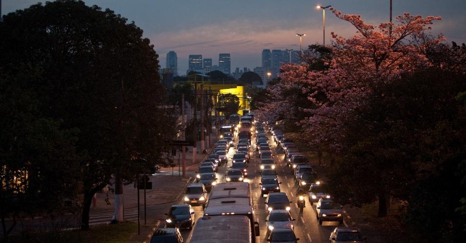 11.out.2013 - Trânsito intenso na avenida Bandeirantes, sentido Imigrantes, na zona sul de São Paulo, nesta sexta-feira (11) véspera de feriado de Nossa Senhora Aparecida