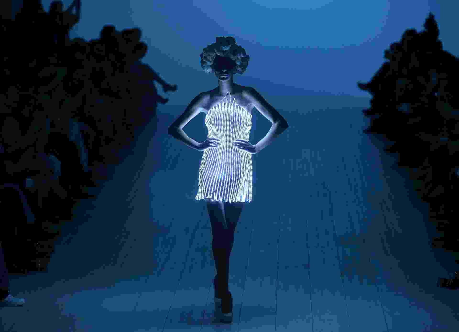 """11.out.2013 - Uma modelo desfila vestindo uma criação """"iluminada"""" do estilista ucraniano Zalevskiy durante a Semana de Moda da Ucrânia, em Kiev - Sergei Supinsky/AFP"""