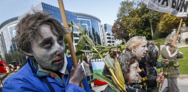Ativistas protestam em 2013 na Bélgica contra a Monsanto, transnacional que produz transgênicos - Thierry Roge/Efe