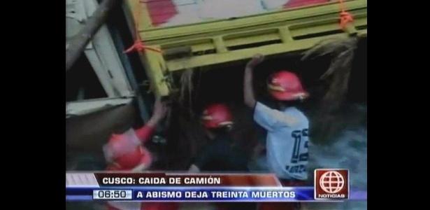 Caminhão cai em abismo na província de La Convención, Peru. O acidente deixou mais de 50 mortos