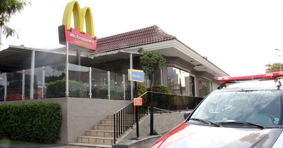 12.out.2013 - Duas pessoas foram baleadas em uma tentativa de assalto a uma loja do McDonald's na avenida General Edgar Facó, no bairro Freguesia do Ó, zona norte de São Paulo (SP), na manhã deste sábado (12). Segundo a polícia, três suspeitos armados entraram na loja e anunciaram o assalto, um policial militar de folga que estava entre os clientes deu voz de prisão aos suspeitos, que acabaram trocando tiros com o militar. No tiroteio duas pessoas foram baleadas e socorridas para hospitais da região