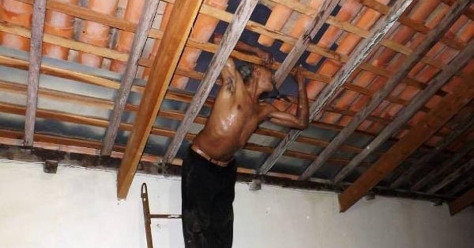 12.out.2013 - Um homem ficou enganchado com o ombro e a cabeça em um buraco feito no telhado de uma casa em Campo Maior (a 81 km de Teresina), na madrugada desta sexta-feira (11). Segundo a polícia, João Paulo Bezerra, 51, retirou parte das telhas, tentou entrar no imóvel quando se atrapalhou e ficou entalado. Os moradores da casa acionaram a polícia e o invasor foi preso. Ele está detido no 1º DP (Distrito Policial) e deve ser indiciado por invasão a domicílio e furto qualificado. O acusado negou que iria roubar e afirmou que estava fugindo de 'ladrões' pelo telhado