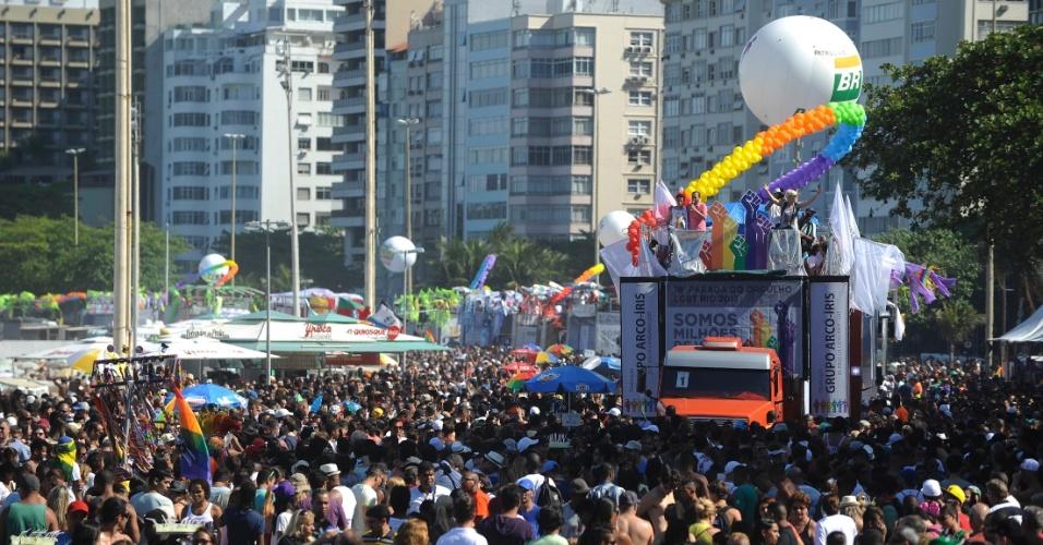 13.out.2013 - A 18ª Parada do Orgulho Gay lotou a orla da praia de Copacabana, zona sul do Rio de Janeiro, neste domingo (13)