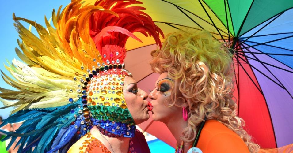 13.out.2013 - Duas drag queens se beijam durante a 18ª Parada do Orgulho Gay, na praia de Copacabana, zona sul do Rio de Janeiro, neste domingo (13). O evento foi marcado por cores, fantasias, alegria e reivindicação de direitos