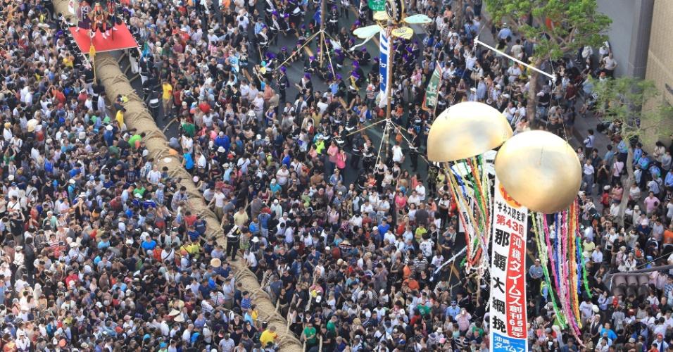 Cerca de 27 mil pessoas assistem competição anual de cabo-de-guerra em Naha, ilha de Okinawa, sul do Japão, neste domingo (13). Mais de 10 mil participantes puxaram uma corda gigante com 200 metros de comprimento e 43 toneladas. O evento é uma comemoração pela colheita de arroz e um pedido de boa sorte para as próximas colheitas