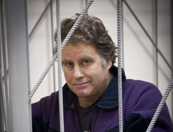 """14.out.2013 - Imagem fornecida pelo Greenpeace mostra o norte-americano Peter Willcox, capitão do navio """"Arctic Sunrise"""", no tribunal da cidade de Murmansk, na Rússia. O tribunal negou a liberdade sob fiança do ativista do Greenpeace, acusado por pirataria"""