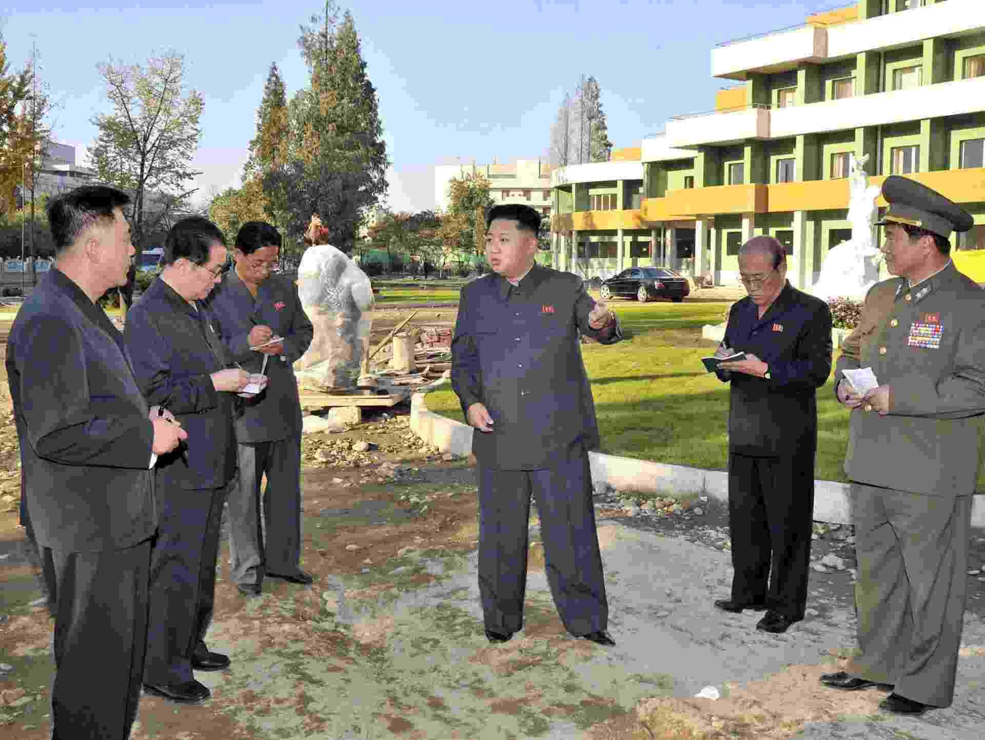 14.out.2013 - O presidente do país, Kim Jong-un, é acompanhado por outras autoridades norte-coreanas em uma visita a um hospital infantil em construção. Kim e seus auxiliares aparecem na área externa do local. A imagem foi divulgada pela KCNA no dia 6 de outubro - AFP