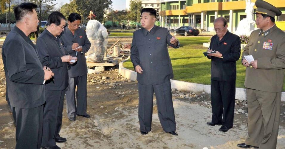14.out.2013 - O presidente do país, Kim Jong-un, é acompanhado por outras autoridades norte-coreanas em uma visita a um hospital infantil em construção. Kim e seus auxiliares aparecem na área externa do local. A imagem foi divulgada pela KCNA no dia 6 de outubro