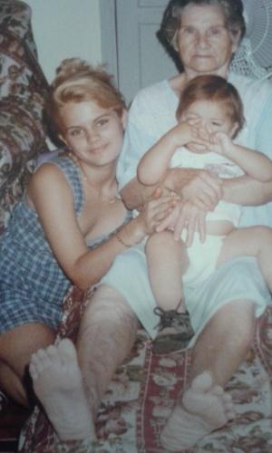 Aline Alves da Silveira Costa, de 34 anos, diagnosticada com anorexia nervosa, internada no interior de São Paulo com apenas 24 kg. Na imagem, de arquivo, ela está com ao lado da filha e da avó