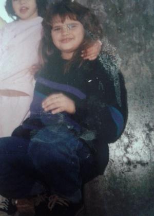 Imagem mostra Aline Alves da Silveira Costa, de 34 anos, diagnosticada com anorexia nervosa, internada no interior de São Paulo com apenas 24 kg. A imagem, de arquivo, mostra ela quando criança: gordinha, sofria bullying na escola