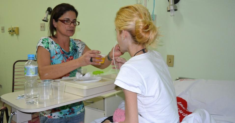 Imagem mostra Aline Alves da Silveira Costa, de 34 anos, diagnosticada com anorexia nervosa, internada no interior de São Paulo com apenas 24 kg. Na foto, ela é alimentada pela mãe no hospital