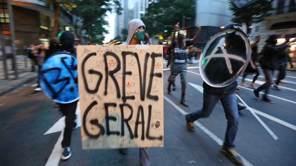 15.out.2013 - Black Blocs na linha de frente do protesto dos professores do Rio de Janeiro, nesta terça-feira (15)
