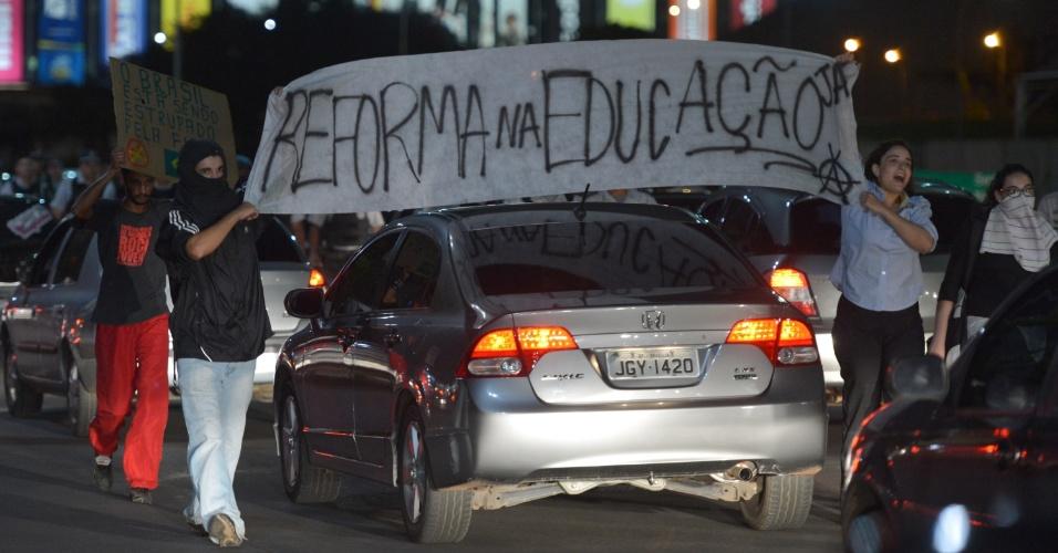 15.out.2013 - Cerca de cem manifestantes organizaram um protesto na rodoviária do Plano Piloto, em solidariedade aos professores do Rio do Janeiro. Eles saíram em marcha pelo Eixo Monumental, em direção à Torre de TV
