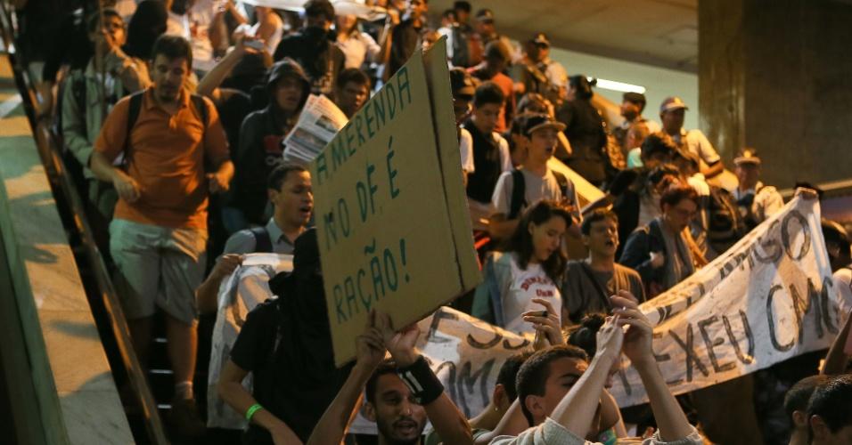 15.out.2013 - Estudantes seguram faixas durante protesto em apoio aos professores do Rio de Janeiro que estão em greve por melhores salários, em Brasília, nesta terça-feira (15). Os manifestantes passaram por vários pontos da área central de Brasília. A Polícia Militar usou gás de pimenta e fez seis prisões por desacato a autoridade. Não houve vandalismo