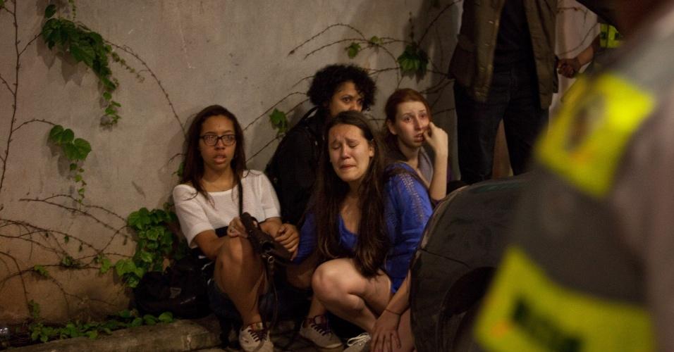 15.out.2013 - Jovem chora do lado de fora da loja da Tok Stok na avenida Eusébio Matoso, na zona oeste de São Paulo, nesta terça-feira (15). Manifestantes entraram na loja e acabaram sendo detidos pela Polícia Militar. A manifestação teve início no largo da Batata, em Pinheiros, e é contra a política educacional do governo de Geraldo Alckmin