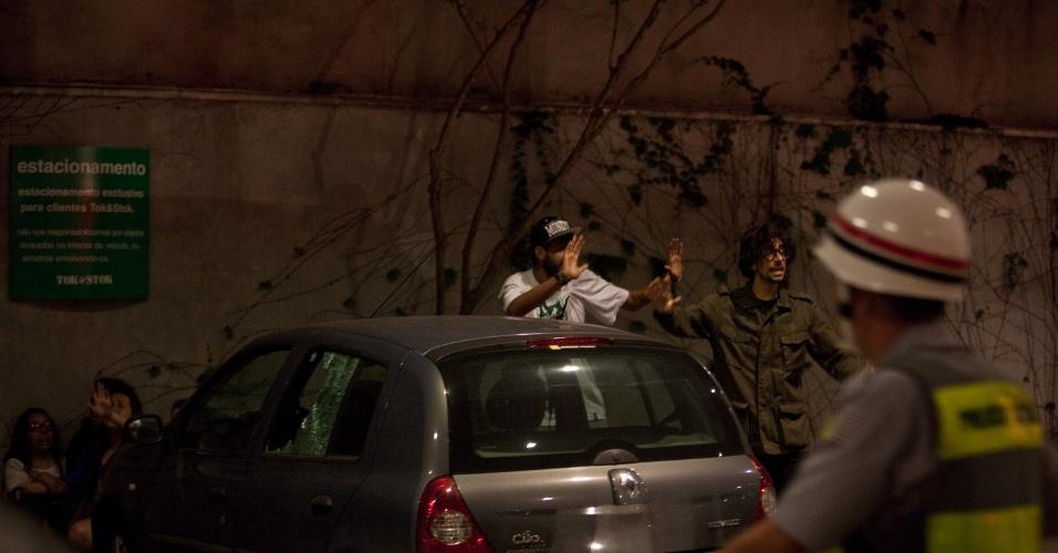 15.out.2013 - Jovens erguem os braços para policiais militares na loja da Tok Stok da avenida Eusébio Matoso, na zona oeste de São Paulo, nesta terça-feira (15). Manifestantes entraram na loja e acabaram sendo detidos pela Polícia Militar. A manifestação teve início no largo da Batata, em Pinheiros, e é contra a política educacional do governo de Geraldo Alckmin