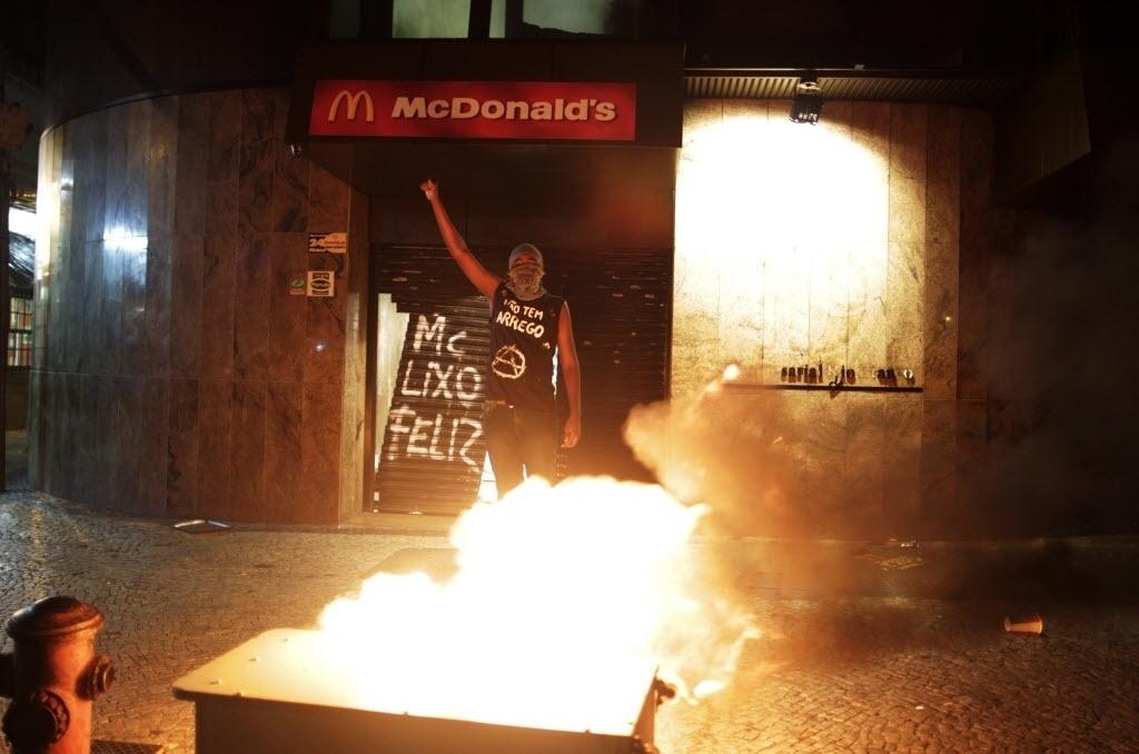 15.out.2013 - Manifestantes entram em confronto com a polícia após protesto de professores no centro do Rio de Janeiro na noite desta terça-feira (15). Um grupo depredou estabelecimentos comerciais, como esta lanchonete do Mc Donald's