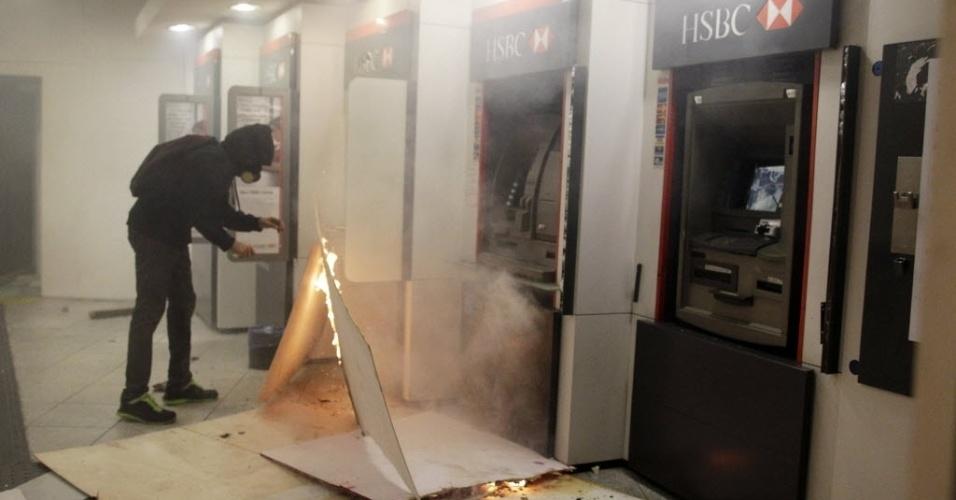 15.out.2013 - Manifestantes entram em confronto com a polícia após protesto de professores no centro do Rio de Janeiro na noite desta terça-feira (15). Um grupo depredou lojas e agências bancárias, como esta do HSBC