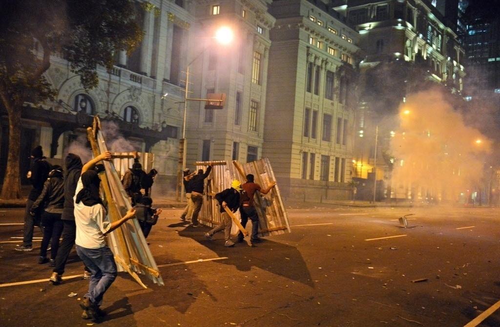 15.out.2013 - Manifestantes entram em confronto com a polícia após protesto de professores no Rio de Janeiro na noite desta terça-feira (15)