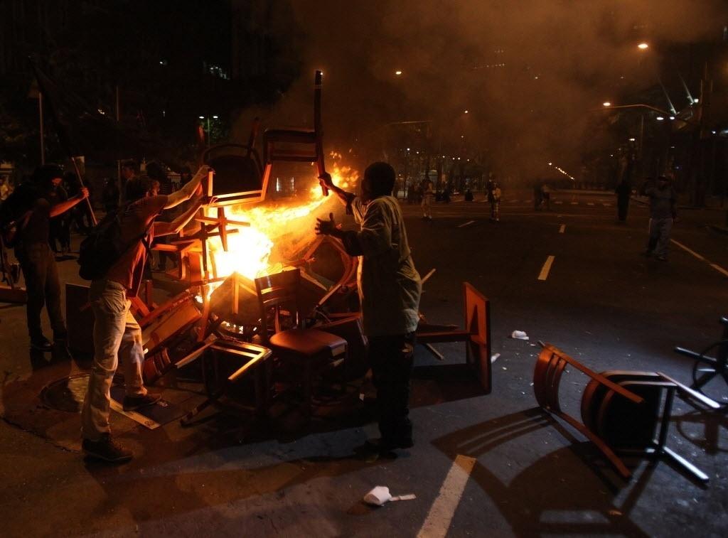 15.out.2013 - Manifestantes fazem barricada de fogo após protesto de professores no centro do Rio de Janeiro na noite desta terça-feira (15)