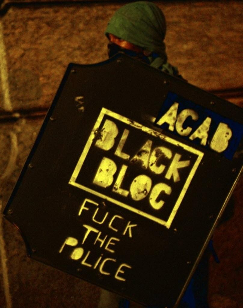 15.out.2013 - Mascarado do movimento Black Bloc participa do protesto dos professores do Rio de Janeiro, nesta terça-feira (15)