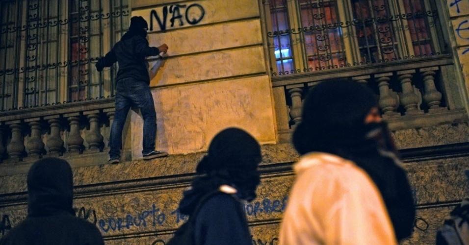 15.out.2013 - Mascarados do movimento Black Bloc participam do protesto dos professores do Rio de Janeiro, nesta terça-feira (15)