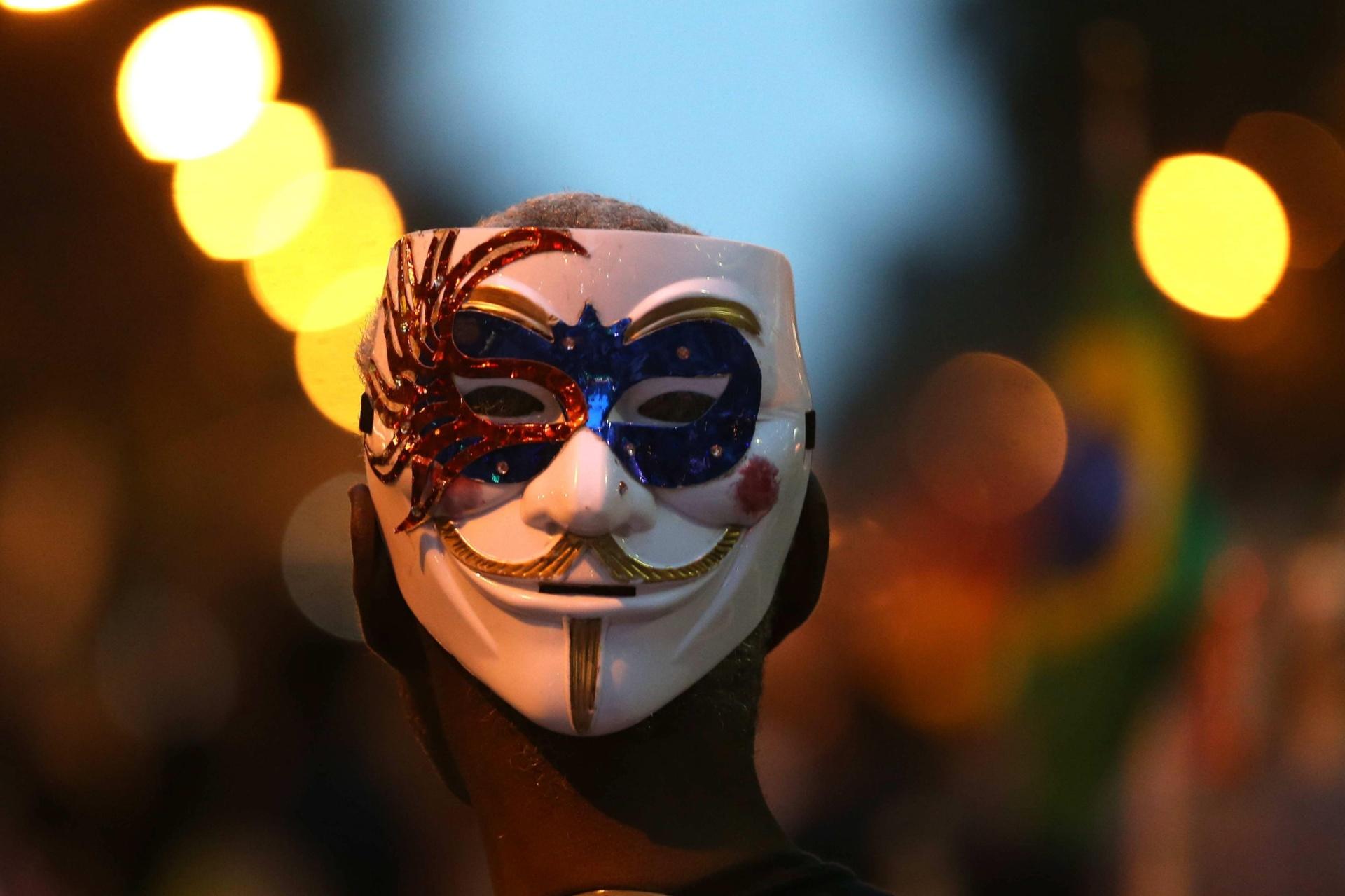 15.out.2013 - Membro do Black Bloc usa máscara durante protesto na região central do Rio de Janeiro, nesta terça-feira (15), Dia do Professor