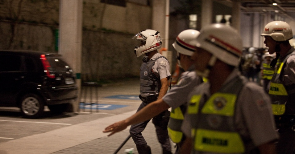 15.out.2013 - Policiais militares dão ordens em estacionamento de loja durante protesto contra a política educacional do governo de Geraldo Alckmin, que seguiu pela marginal Pinheiros, sentido Interlagos, nesta terça-feira (15). A manifestação teve início no início da noite no largo da Batata, em Pinheiros. Manifestantes entraram em confronto com a polícia, que usou bombas de gás lacrimogêneo e efeito moral