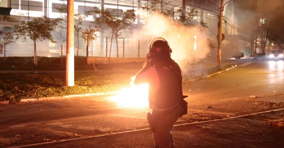 15.out.2013 - Policial militar lança bomba de gás durante protesto contra a política educacional do governo de Geraldo Alckmin na zona oeste da capital paulista. A manifestação teve início no início da noite no largo da Batata, em Pinheiros. Manifestantes entraram em confronto com a polícia, que usou bombas de gás lacrimogêneo e efeito moral