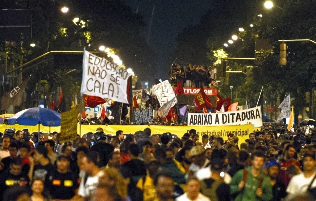 15.out.2013 - Professores do Rio de Janeiro protestam nas ruas do centro pelo Dia do Professor