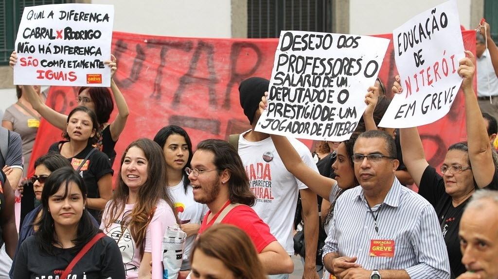 15.out.2013 - Professores do Rio de Janeiro se concentram na região da Candelária na tarde desta terça-feira (15) para protesto que pretende seguir em direção à Cinelândia, no centro do Rio. O Dia do Professor, celebrado neste 15 de outubro, terá manifestações em ao menos 15 cidades do país