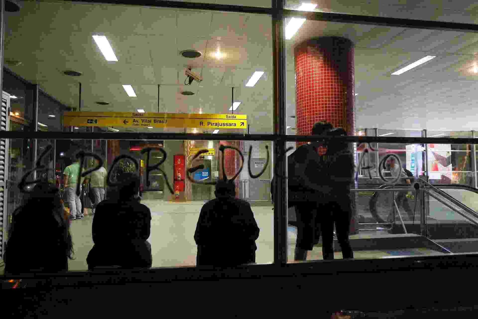 15.out.2013 - Vidros da estação Butantã, na zona oeste de São Paulo, foram pichados durante protesto contra a política educacional do governo de Geraldo Alckmin, nesta terça-feira (15), Dia dos Professores. Até as 22h, 56 pessoas haviam sido detidas. A estimativa da PM é que cerca de 400 manifestantes participaram do protesto, que começou no largo da Batata, em Pinheiros - Reinaldo Canato/UOL