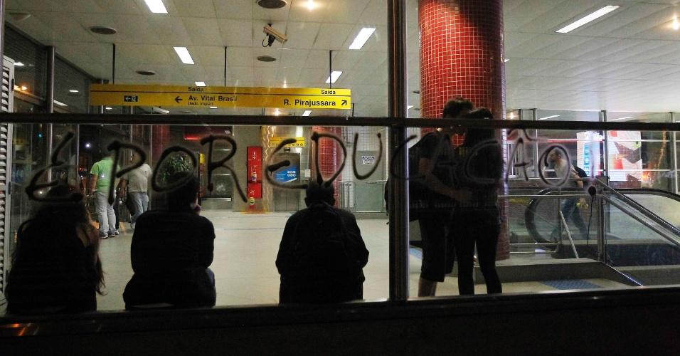 15.out.2013 - Vidros da estação Butantã, na zona oeste de São Paulo, foram pichados durante protesto contra a política educacional do governo de Geraldo Alckmin, nesta terça-feira (15), Dia dos Professores. Até as 22h, 56 pessoas haviam sido detidas. A estimativa da PM é que cerca de 400 manifestantes participaram do protesto, que começou no largo da Batata, em Pinheiros