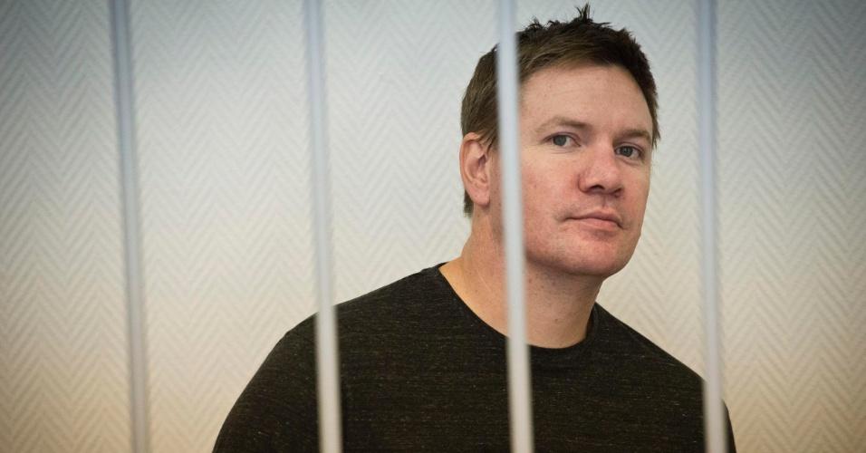 16.out.2013 - O britânico Anthony Perrett, um dos 30 ativistas detidos do Greenpeace após um protesto no Ártico, participa de audiência no tribunal da cidade de Murmansk, na Rússia. Ele está entre os quatro estrangeiros que tiveram seu pedido de liberdade sob fiança negado pela justiça russa