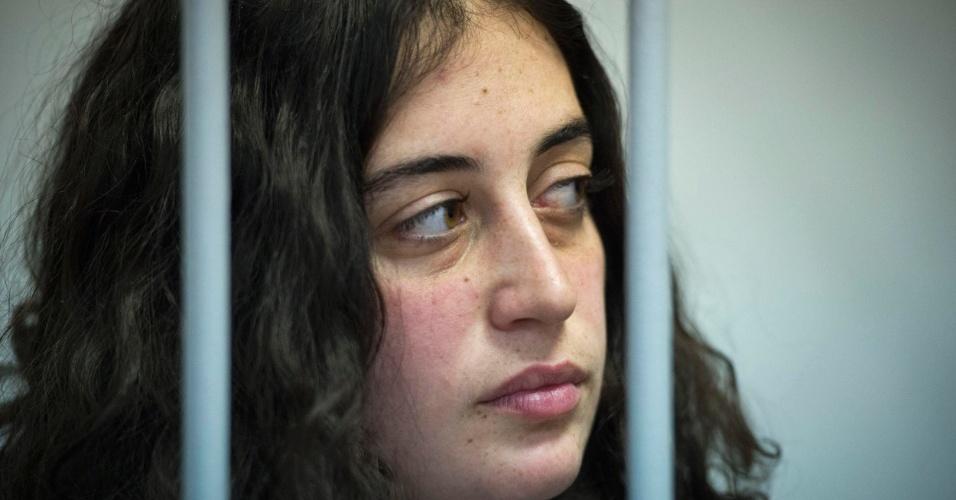 16.out.2013 - A turca Gizem Akhan, uma das 30 ativistas detidos do Greenpeace após um protesto no Ártico, participa de uma audiência na corte de Murmansk, na Rússia. Ela está entre os quatro estrangeiros que tiveram seu pedido de liberdade sob fiança negado pela justiça russa