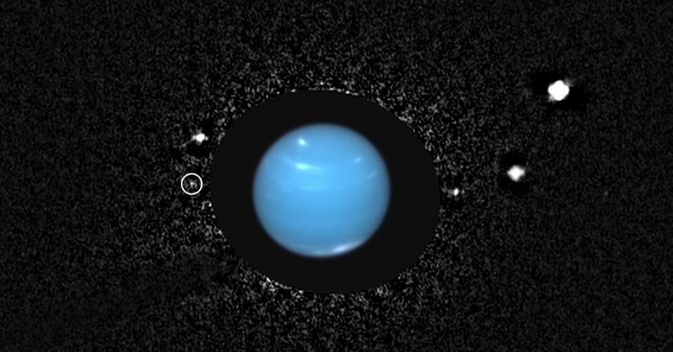 """16.out.2013 - Equipe de Mark Showalter, pesquisador do Instituto SETI, da Califórnia (EUA), """"encontrou"""" uma lua perdida de Netuno, o mais distante dos planetas do Sistema Solar, nas observações do telescópio espacial Hubble. Esta é a primeira vez que astrônomos conseguem detectar Naiad  (circulada, à esquerda), desde que o satélite foi descoberto em 1989 pela câmera da sonda Voyager 2, da Nasa (Agência Espacial Norte-Americana). É difícil enxergar essa lua da Terra porque ela era ofuscada por ficar muito próxima de Netuno, que é 2 milhões de vezes mais brilhante"""