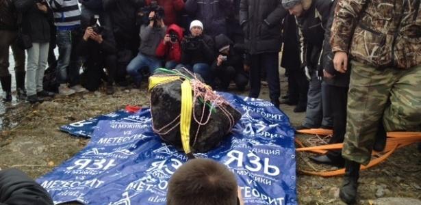 Mergulhadores russos recuperam um pedaço de 1,5 metro do meteorito de dentro do lago Chebarkul  - BBC