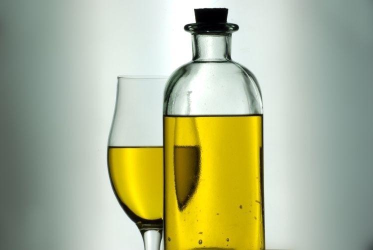 Azeite de oliva é rico em ácidos graxos monoinsaturados, que são componentes da membrana das células nervosas. Fornece também antioxidantes, os polifenóis e a vitamina E, que tem efeito neuroprotetor - ou seja, ajuda a proteger os nervos