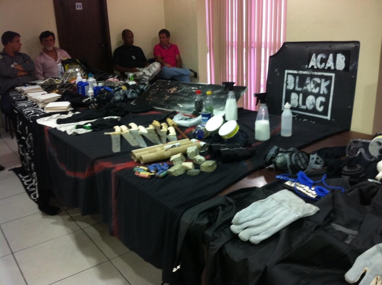 16.out.2013 - A Polícia Civil do Rio de Janeiro apresentou nesta quarta-feira (16) os materiais apreendidos durante os confrontos ocorridos entre policiais e Black Blocs após o protesto dos professores, na região central do Rio, nessa terça (15)