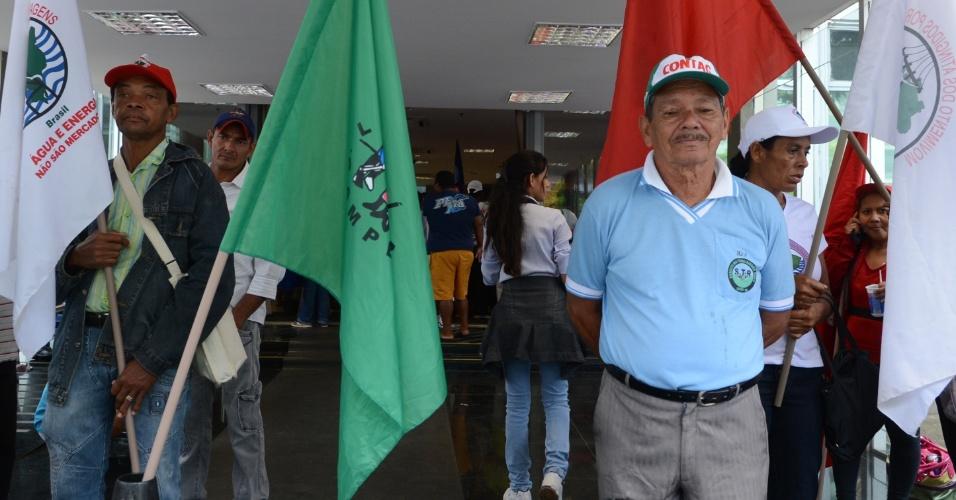 17.out.2013 - Em Brasília, manifestantes ligados à Federação Única dos Petroleiros (FUP) e à Via Campesina ocupam o Ministério de Minas e Energia; eles pedem que o governo federal cancele o leilão do campo de Libra, marcado para 21 de outubro