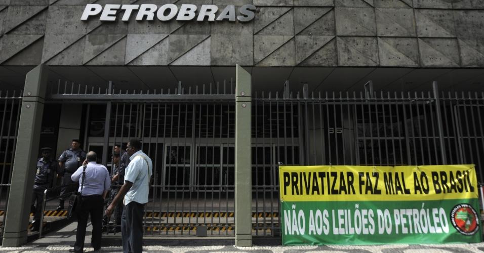 17.out.2013 - No Rio de Janeiro, integrantes de movimentos sociais acampam em frente à sede da Petrobras, em dia de protesto dos petroleiros contra o leilão do pré-sal
